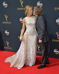 William H. Macy & Felicity Huffman bei der Verleihung der 68. Primetime Emmy Awards in Los Angeles / 180916<br /> <br /> *** 68th Primetime Emmy Awards in Los Angeles, California on September 18th, 2016***