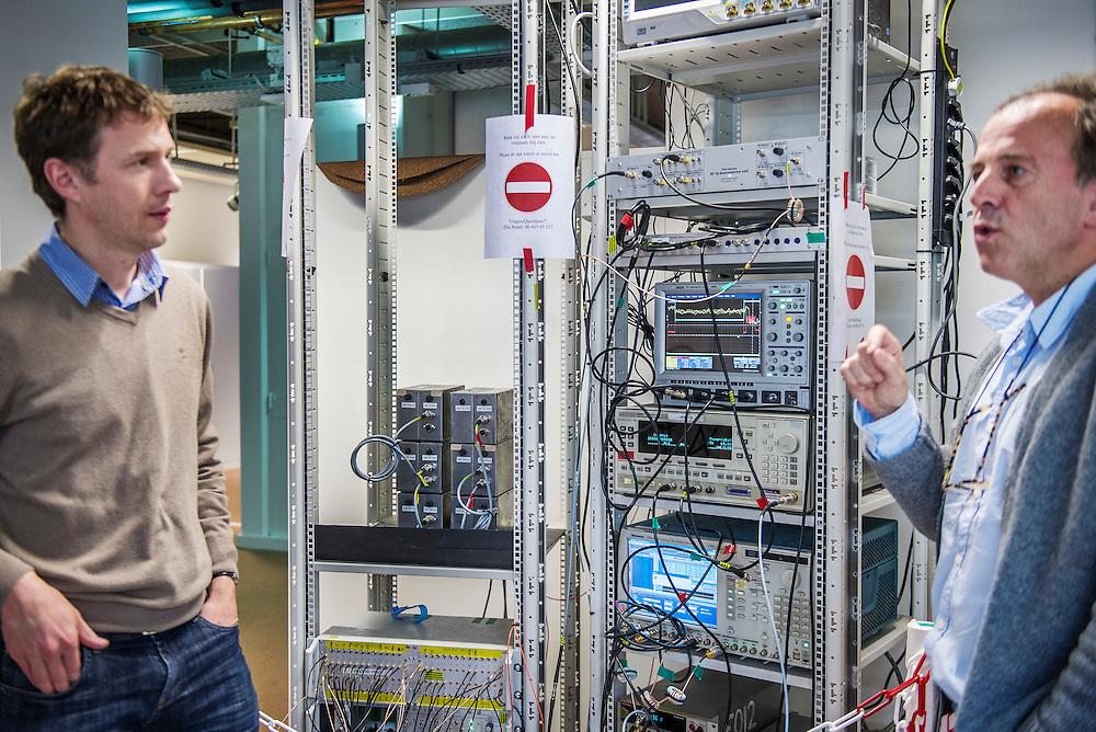 Nederland. Delft, 21-12-2015. Foto: Patrick Post. Portret van de onderzoekers Lieven Vandersypen, links, en Koen Bertels, rechts.