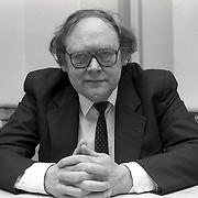 NLD/Blaricum/19900427 - Gerrit den Braber krijgt een KO in het gemeentehuis Blaricum