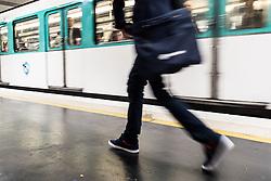 20.06.2016, Paris, FRA, UEFA Euro 2016, Frankreich, Das tägliche Leben, im Bild eine Frau auf dem Weg zur U Bahn // a Woman walks to the Metro The UEFA EURO 2016 France held from June 10 to July 10 2016, pictured in Paris, France on 2016/06/20. EXPA Pictures © 2016, PhotoCredit: EXPA/ JFK