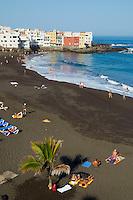 Espagne, Iles des Canaries, île de Ténérife, Puerto la Cruz, plage de sable noir // Spain, Canary islands, Tenerife, Puerto la Cruz, black sand beach