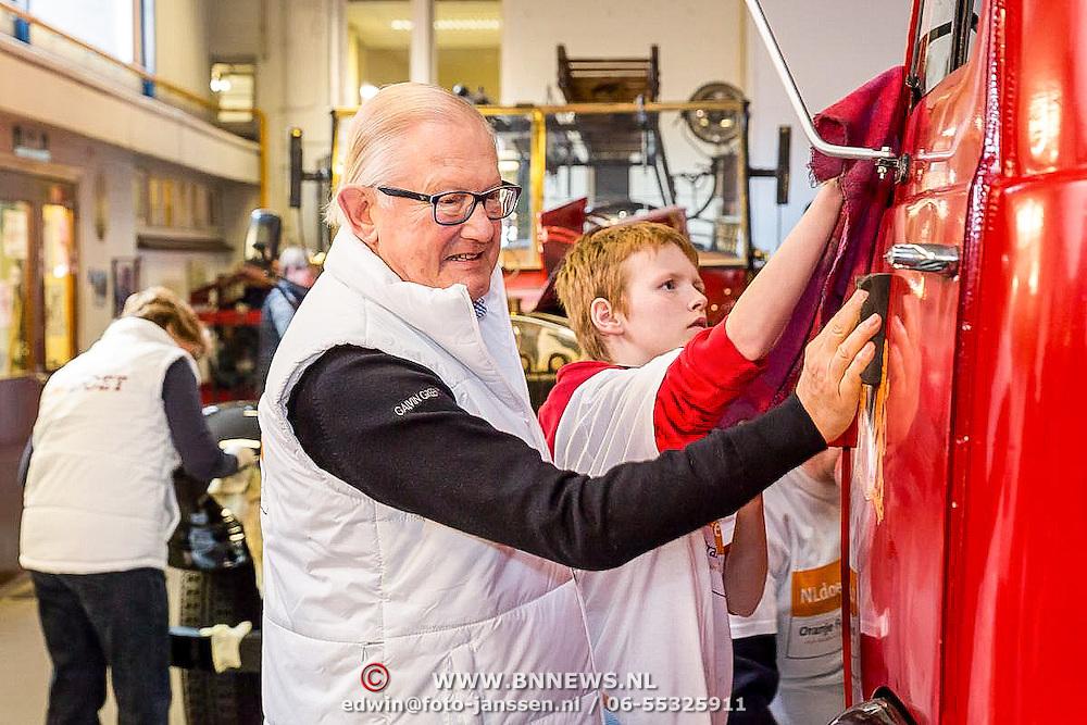 NLD/Den Dolder/20160312 - Nederlandse Koninklijke Familie doet mee aan NLDoet 2016, Mr. Pieter van Vollenhoven maat het Brandweermuseu schoon
