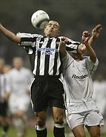 Fotball<br /> Premier League 2004/05<br /> Bolton Wanderers v Newcastle<br /> 31. oktober 2004<br /> Foto: Digitalsport<br /> NORWAY ONLY<br /> Newcastle's Steven Carr holds off Bolton's Stellios