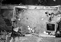 """Benares (Varanasi) Indie, 10.1997. Najbardziej znane na swiecie indyjskie miasto-1,5 mln mieszkancow. Jest najwazniejszym miejscem pielgrzymkowym w Indiach i zarazem najwieksza atrakcja turystyczna kraju. Miasto lezy nad Gangesem (Ganga) swieta rzeka hinduizmu. Kazdy wyznawca hiduizmu przynajmniej raz w zyciu pownien obmyc cialo w wodach Gangesu w Benares, stad mozna powiedziec, ze jest to najwazniejsze miasto dla wyznawcow hinduizmu *** Varanasi, also known as Benares, is a city on the banks of the river Ganges in Uttar Pradesh, India. In the sacred geography of India Varanasi is known as the """"microcosm of India"""". Varanasi is considered as the religious capital of Hinduism *** N/z zaulki starego miasta fot Michal Kosc / AGENCJA WSCHOD"""
