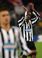 Fotball<br /> Serie A Italia<br /> Foto: Graffiti/Digitalsport<br /> NORWAY ONLY<br /> <br /> 19.11.2005<br /> Roma v Juventus 1-4<br />  <br /> Patrick Vieira claps to Juventus fans at the end of the match