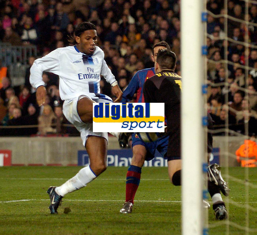 Photo. Jed Wee, Digitalsport<br /> FC Barcelona v Chelsea, UEFA Champions League, 23/02/2005.<br /> Chelsea's Didier Drogba (L) sticks his foot into a challenge with Barcelona goalkeeper Victor Valdes that sees him earn a 2nd yellow card.