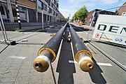 Nederland, Enschede, 22-7-2019In de stad wordt stadsverwarming aangelegd. Lange buizen liggen klaar op straat om in de grond gebracht te worden. De warmte komt van de vuiverbranding, afvalverbranding,  in Hengelo .