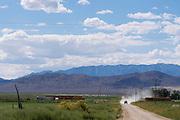 Een wagen rijdt over een zandpad bij het plaatje Lund in de Amerikaanse staat Nevada.<br /> <br /> A car is riding in the desert near the small village Lund, Nevada.