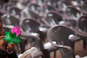 "Frau mit einer Blume in der an einem Tempel waehrend der Feierlichkeiten von Buddhas Geburtstag (2. Mai 2009) im Zentrum der koreanischen Netropole Seoul.<br /> <br /> Woman with a flower at a temple in the center of the korean capital Seoul during the celebrations of Buddhas birthday (2nd of May 2009) which is celebrated according to the Lunisolar calendar. This day is called ""Seokga tansinil"", meaning ""the day of Buddha's birthday""."