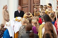 06 JAN 2012, BERLIN/GERMANY:<br /> Christian Wulff (2.v.L), Bundespraesident, und Bettina Wulff (L), Gattin des Bundespraesidenten, vor der Tuere des Schlosses, waehrend dem Sternsingerempfang der 54. Aktion Dreikoenigssingen 2012, Schloss Bellevue<br /> IMAGE: 20120106-01-014<br /> KEYWORDS: Sternsinger, Heilige drei Könige, Heilige drei Koenige, Dreikönigssingen, Ehefrau, Politikerfrau,