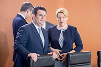 20 JUN 2018, BERLIN/GERMANY:<br /> Hubertus Heil (L), SPD, Bundesarbeitsminister, und Franziska Giffey (R), SPD, Bundesministerin fuer Familie, Senioren, Frauen und Jugend, im Gespraech, vor Beginn der Kabinettsitzung, Bundeskanzleramt<br /> IMAGE: 20180620-01-010<br /> KEYWORDS: Kabinett, Sitzung, Gespräch