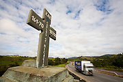 Oliveira_MG, Brasil...Cruz no local do acidente na rodovia...A cross in the place of accident in the motorway...Foto: LEO DRUMOND / NITRO