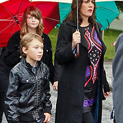 NLD/Amsterdam/20100826 - Uitvaart RTL journalist Conny Mus in Amsterdam, aankomst rouwstoet, partner Marika van Willigen en kinderen