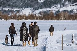 THEMENBILD - eine Gruppe von Menschen und ein Mann allein beim spazieren in der winterlichen Landschaft, aufgenommen am 16. Januar 2021 in Kaprun, Österreich // a group of people and a man alone walking in the winter landscape, Kaprun, Austria on 2021/01/16. EXPA Pictures © 2021, PhotoCredit: EXPA/ JFK