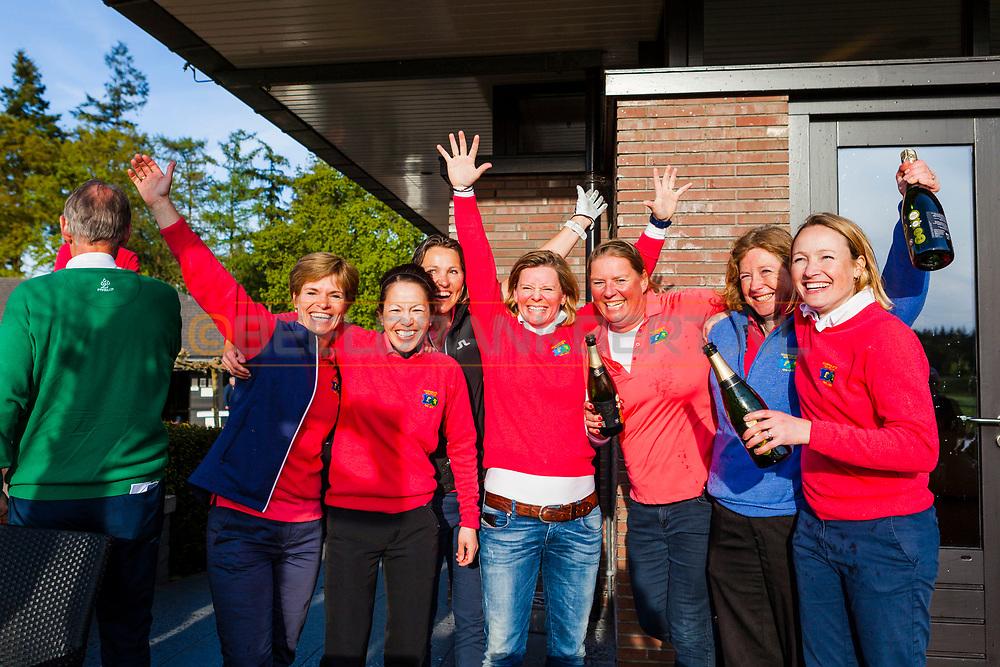 17-05-2015 NGF Competitie 2015, Hoofdklasse Heren - Dames RESERVE - Finale, Golfsocieteit De Lage Vuursche, Den Dolder, Nederland. 17 mei. Dames RESERVE Noordwijkse 3: feesten na de overwinning.