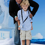 NLD/Haarlem/20120627 - Filmpremiere Ice Age 4, Jack van Gelder en kleinkind