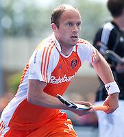 UTRECHT - Teun de Nooijer voor Oranje aan de bal, zaterdag tijdens de  hockey interland tussen de mannen van Nederland en Duitsland (4-2). COPYRIGHT KOEN SUYK