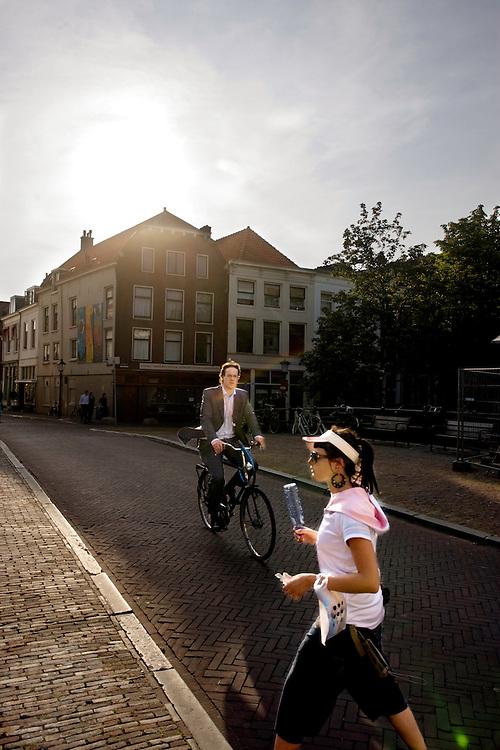 Voetganger en fietser over de Smeebrug in Utrecht