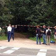 NLD/Huizen/20050906 - Verbrand lijk gevonden langs bospad Bussummerweg Huizen, pers, fotografen
