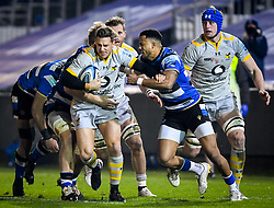 Anthony Watson of Bath Rugby attempts a tackle on Jimmy Gopperth of Wasps - Mandatory by-line: Andy Watts/JMP - 08/01/2021 - RUGBY - Recreation Ground - Bath, England - Bath Rugby v Wasps - Gallagher Premiership Rugby