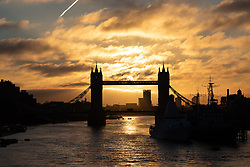 © Licensed to London News Pictures. 24/10/2018. London, UK. The sun rises through Tower Bridge, London. The UK is set to experience a cold weather front later this week. Photo credit : Tom Nicholson/LNP