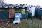Nederland, Malden, 13-2-2019 Op het dak van een oude boerenschuur, liggen platen asbest als dakbedekking . Ze moeten er door een gespecialiseerd sloop bedrijf vanaf worden gehaald. Het grote aantel daken van met name boerderijen en schuren vormt op de lange termijn een gezondheidsrisico en moeten allemaal verwijderd worden . In dit schuurtje moet ook binnen asbest verwijderd worden, daarom is het ingepakt en afgeplakt met plastic . dat heet containment . Foto: Flip Franssen