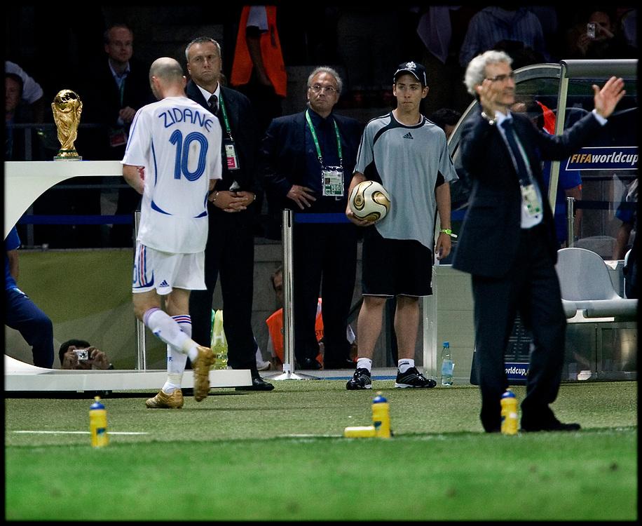 Duitsland. Berlijn, 09-07-2006<br /> WK Voetbal Finale: Italie-Frankrijk. <br /> Titelverdediger Frankrijk starte hoopvol tegen het altijd sterke Italie. Het had een mooi afscheid voor de franse voetballer moeten zijn maar Zinedine Zidane werd met een rode kaart van het veld werd gestuurd na het geven van een kopstoot aan Mazzarati. De fransen hielden lang stand maar na de verlenging en strafschoppen gingen de Italianen lachend met de Wereldbeker naar huis. <br /> Foto: Patrick Post / Sportstation