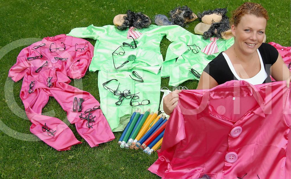 ENTER.Cindy ter Riet met enkele van de carnavalspakken die ze op internet te koop aanbied...Editie: NY..fotografie frank uijlenbroek©2008 michiel van de velde TT20080630