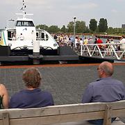 Drukte bij de Aqualiner Almere - Huizen, fietsers