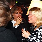 Premiere Gouwe Handjes, Joke Bruys wijn drinkend en Annemarie Jung