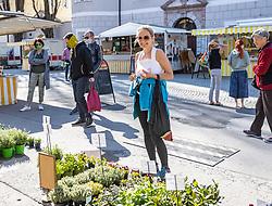 THEMENBILD - In Österreich gelten aufgrund der Covid-19-Pandemie Ausgangsbeschränkungen, Betretungsverbote und andere Regelungen, die in das Alltagsleben eingreifen. Hier im Bild BGM Elisabeth Blanik am Stadtmarkt Lienz am Samstag 11. April 2019 // In Austria, due to the Covid 19 pandemic, exit restrictions, entry bans and other regulations that affect everyday life apply. Here in the picture: major Elisabeth Blanik at the city market. Lienz on Saturday April 11, 2019. EXPA Pictures © 2020, PhotoCredit: EXPA/ Johann Groder