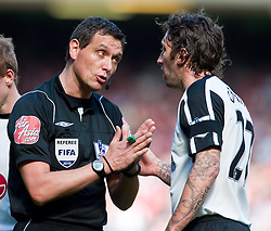 11.04.2010, Anfield, Liverpool, ENG, Premier League, FC Liverpool vs FC Fulham, im Bild Fulham's Jonathan Greening is booked by referee Andre Marriner. EXPA Pictures © 2010, PhotoCredit: EXPA/ Propaganda/ D. Rawcliffe / SPORTIDA PHOTO AGENCY