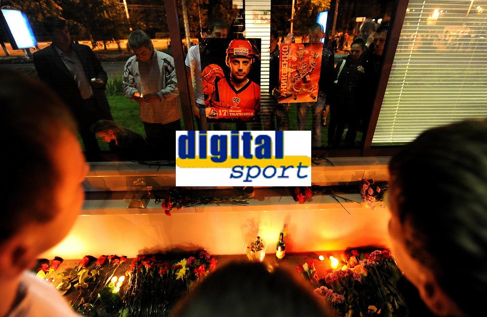 BILDET INNGÅR IKKE I FASTAVTALENE PÅ NETT MEN MÅ KJØPES SEPARAT<br /> <br /> Ishockey<br /> Foto: imago/Digitalsport<br /> NORWAY ONLY<br /> <br /> 08.09.2011<br /> Local residents mourn the dead outside the court of the Lokomotiv hockey team of Yaroslavl, Russia, on Sept. 8, 2011. A total of 43 out of 45 lives faded away in the Wednesday s crash of a Russia plane carrying a top ice hockey team, the Lokomotiv hockey team of Yaroslavl