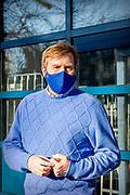 DEN HAAG, 12-02-2021 ,Leger des Heils<br /> <br /> Koning Willem Alexander tijdens een kort bezoek aan de winteropvang van het Leger des Heils in Den Haag. Op dit moment biedt het Leger des Heils 24-uurs opvang voor dak- en thuislozen.