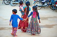 Inde, Gujarat, Kutch, village de Dhrang, population Ahir, soeur // India, Gujarat, Kutch, Dhrang village, Ahir ethnic group, sister