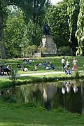 Het Vondelpark in Amsterdam. Opgericht in 1864 is het 140 jaar oude park, dat sinds 1996 Rijksmonument is, is boeiend, veelzijdig en uiterst in trek bij jong, gemiddeld  en oud. Wandelen, de hond uitlaten, skaten, joggen, picknickken, zwemmen met de kinderen, voetballen. Jaarlijks krijgt het Vondelpark gemiddeld 10 miljoen mensen op bezoek, per vierkante meter is dat meer dan het Central Park in New York! Het Vondelpark is ontworpen in de Engelse landschapstijl. Met behulp van kenmerken uit deze stijl is een park gecomponeerd dat de 19e-eeuwse Amsterdammer de illusie gaf van het perfecte natuurlijke landschap.In het MIdden het standbeeld van Joost van den Vondel.<br /> <br /> The Vondelpark in Amsterdam. Set up in 1864, the 140 years old park has been since 1996 a monument and is captivating, multi-purpose and extremely in appetite at young, on average and old. To walk, skate, jog, picknick swimming with the children or play soccer. The Vondelpark has a average of 10 millions people a yeary, by square meter it is more that than the Central park more in New York! The Vondelpark have been devised in the English Style . Using characteristics from this style a park has been composed that 19th century and has to give the amsterdammer the illusion gave of the perfect natural landscape.<br /> In the centre the statue of Joost van den Vondel .