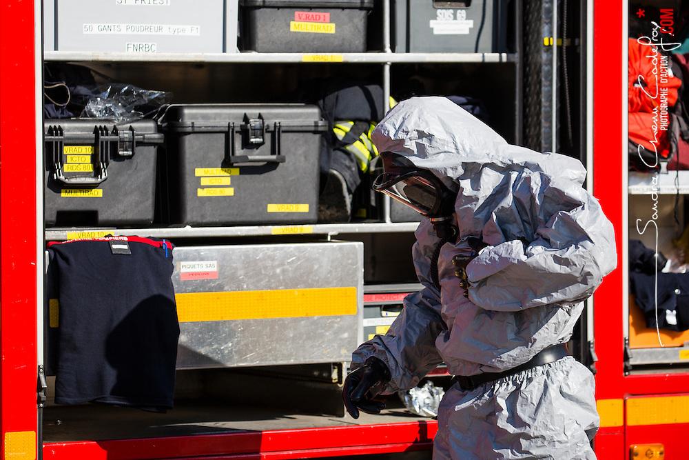Entraînement d'unités NRBC civiles (Sapeurs pompiers, Sécurité Civile, Police Nationale) et militaires (Armée de Terre, Armée de l'Air) organisé par le CNCMFE NRBC-E et visant à améliorer la coopération entre services.  <br /> Septembre 2016 / Aix en Provence (13) / FRANCE<br /> Voir le reportage complet (101 photos)<br /> http://sandrachenugodefroy.photoshelter.com/gallery/2016-09-Entrainement-NRBC-E-du-CNCMFE-Complet/G00000PhkiRZtJMk/C0000yuz5WpdBLSQ