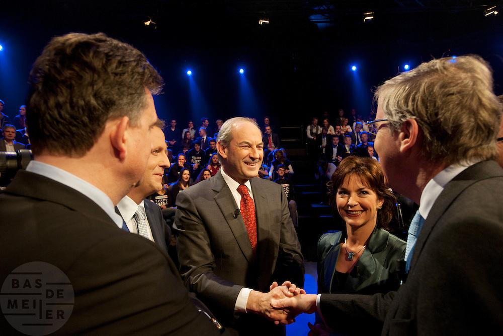 Job Cohen (PvdA) wenst Loek Hermans (VVD) een goed debat toe. Jolande Sap (GroenLinks, tweede rechts), Emile Roemer (SP, op de rug) en Alexander Pechtold (D'66) kijken toe. De avond voor de verkiezingen van de Provinciale Staten wordt in een studio in Baarn nog een debat gevoerd. Het debat wordt door de oppositie gevoerd door de lijsttrekkers van de Tweede Kamer, de gedoogcoalitie vaardigt de lijsttrekkers van de Eerste Kamer af. Via de Provinciale Statenverkiezing wordt indirect ook de Eerste Kamer gekozen.<br /> <br /> Job Cohen (labour) wishes Loek Hermans (liberal) a good debate. The evening before the elections for the Dutch districts, who will choose the senators, the political leaders are debating on television.