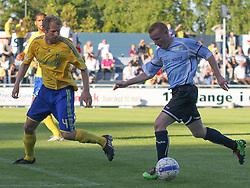 FODBOLD: Ronni Andersen (Helsingør) følges af Remco van der Schaaf (Brøndby) under opvisningskampen mellem Elite 3000 Helsingør og Brøndby IF den 16. juni 2010 på Helsingør Stadion. Foto: Claus Birch