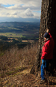 USA, Oregon, Bald Peak State Park, hiker looking at Willamette Valley, MR