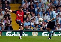 Fotball<br /> England 2004/2005<br /> Foto: SBI/Digitalsport<br /> NORWAY ONLY<br /> <br /> Lucas Radebe Testimonial, Leeds United XI v International XI, 02/05/2005.<br /> <br /> Eirik Bakke (L) passes the ball before Gunnar Halle can get to him.
