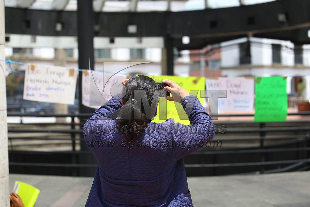 Toluca, México.- Integrantes del colectivo Feministas de la Cabecera Edoméx, realizan un tendedero presencial de deudores alimentarios y paternidades ausentes en la Plaza González Arratia de Toluca, para denunciar la ausencia paterna. Agencia MVT / Ramsés Mercado.