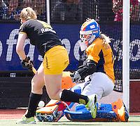 DEN BOSCH - Vera Vorstenbosch (l) stuit op Laren keeper Joyce Sombroek, zondag tijdens de eerste finalewedstrijd , van de best of three ,  hoofdklassehockey tussen de vrouwen van Den Bosch en Laren. ANP KOEN SUYK