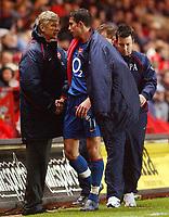 Fotball<br /> Premier League England 2004/2005<br /> Foto: SBI/Digitalsport<br /> 01.01.2005<br /> NORWAY ONLY<br /> <br /> Charlton Athletic v Arsenal<br /> <br /> Arsenal's third goal scorer Robin Van Persie gets a well done from manager Arsene Wenger