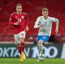 Arnór Sigurdsson (Island) og Christian Eriksen (Danmark) under kampen i Nations League mellem Danmark og Island den 15. november 2020 i Parken, København (Foto: Claus Birch).