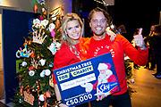 """Sky Radio Christmas Tree for Charity 2019, In Hotel Arena streden vanmiddag maar liefst elf koppels voor de titel 'best versierde kerstboom' van 2019. <br /> <br /> op de foto:  Winnaars van de Sky Christmas Tree For Charity, Nicolette van Dam en Bas Smit met  """"De cheque van €50,000,- zendtijd bij Sky Radio om te vertellen wat het Prinses Máxima Centrum allemaal doet."""