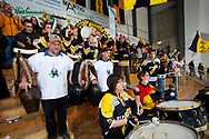 05.03.2011, Wetzikon, Eishockey 1. Liga, Wetzikon - Weinfelden, Fans und Treichler auf der Tribuene  (Thomas Oswald/hockeypics)