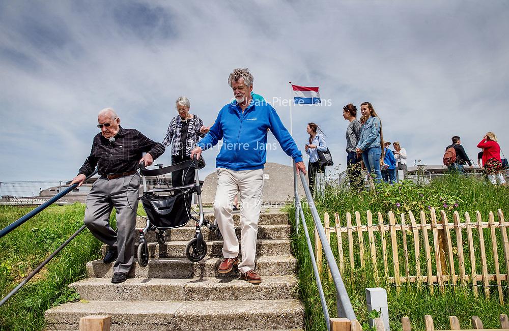 Nederland, Pampus, 23 mei 2017.<br /> In 1933 nam Harm Alberts als driejarig kind met zijn ouders afscheid van het forteiland Pampus. Eergisteren was hij weer even terug.<br /> Op de foto: Harm met rollator beklimt het fort om vanuit het hoogste punt over het eiland uit te kunnen kijken.<br /> Op de terugweg helpt hij zelfs mee zijn eigen rollator naar beneden te tillen<br /> <br /> <br /> <br /> <br /> Foto: Jean-Pierre Jans