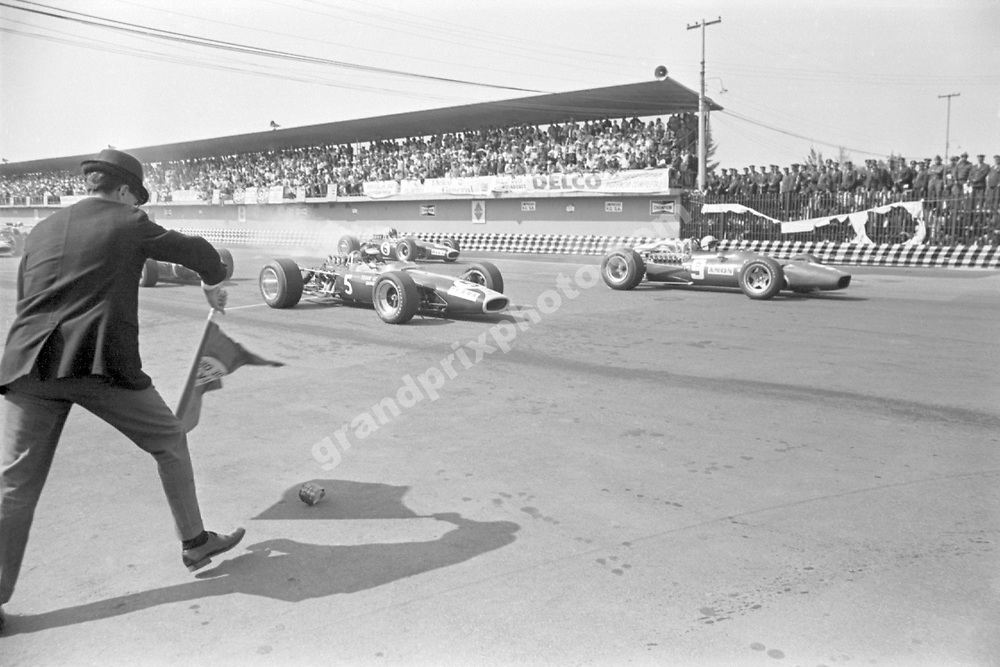 The start of the 1967 Mexican Grand Prix with Jim Clark (Lotus-Ford) and Chris Amon (Ferrari) on the front row. Photo: Grand Prix Photo