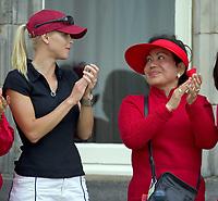 gOLF<br /> Foto: SBI/Digitalsport<br /> NORWAY ONLY<br /> <br /> 2005 Open Championship, St. Andrews.<br /> <br /> Sunday 17/07/2005<br /> <br /> A hug for mother KULTIDA and wife ELIN from champion Tiger Woods